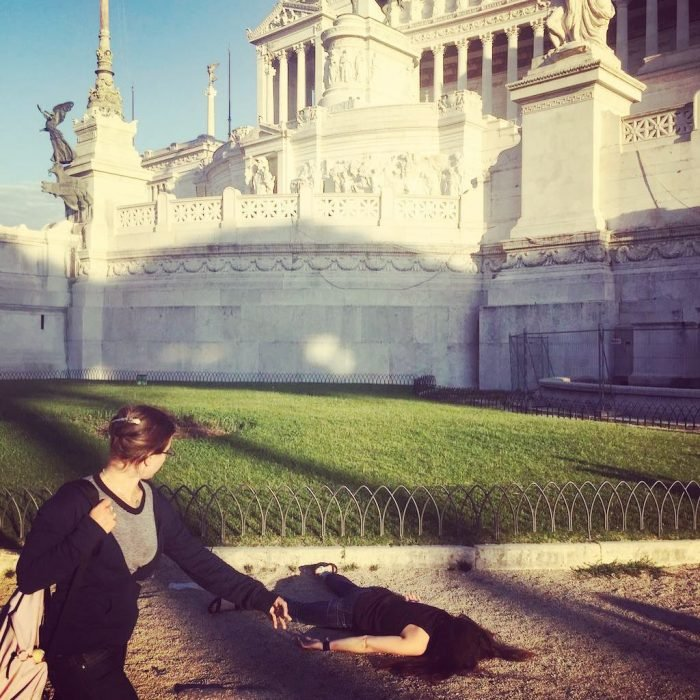 STEFDIES, la chica que se ha vuelto viral por sus antiselfies, selfie de chica junto al Altar de la Patria en Roma, Italia