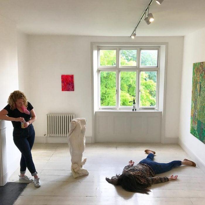 STEFDIES, la chica que se ha vuelto viral por sus antiselfies, selfie de dos amigas en un museo de arte contemporáneo