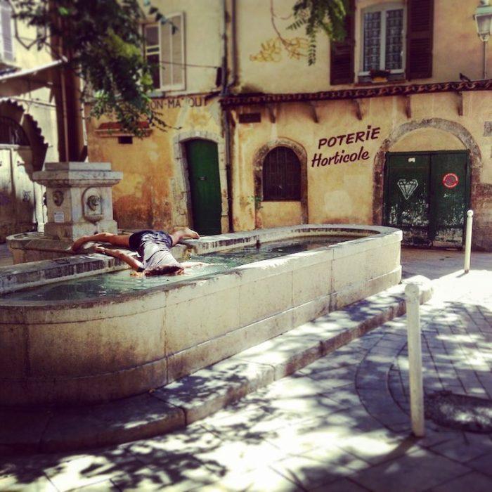 STEFDIES, la chica que se ha vuelto viral por sus antiselfies, selfie de mujer en una fuente en la Córcega en Francia