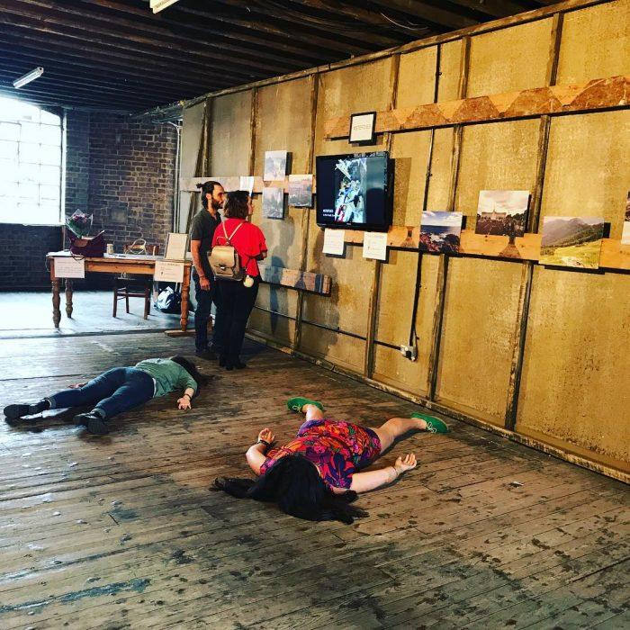 STEFDIES, la chica que se ha vuelto viral por sus antiselfies, selfie de dos chicas en el suelo en una exposición de arte
