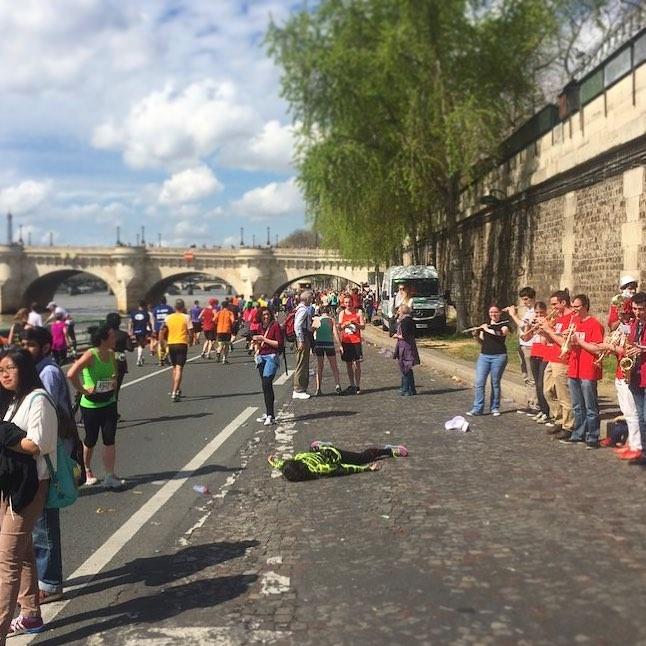 STEFDIES, la chica que se ha vuelto viral por sus antiselfies, selfie de chica en río Sena en Italia, Francia