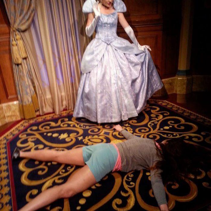 STEFDIES, la chica que se ha vuelto viral por sus antiselfies, selfie de chica junto a Cenicienta de Disney