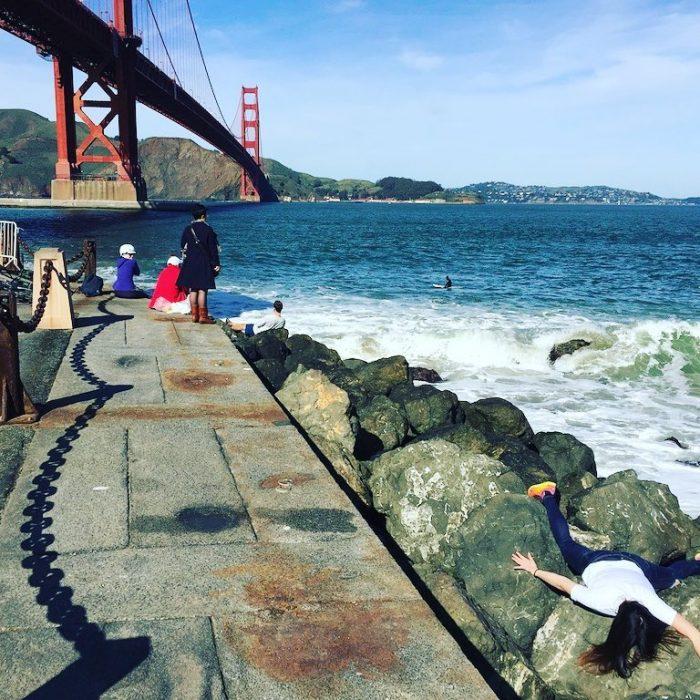 STEFDIES, la chica que se ha vuelto viral por sus antiselfies, selfie de chica en las rocas junto al océano en el Golden Gate