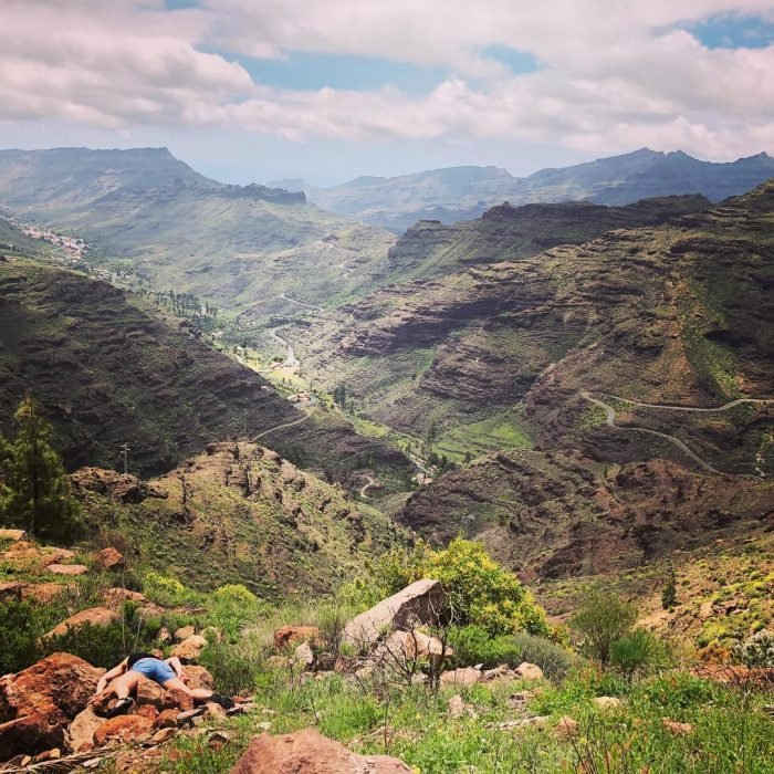 STEFDIES, la chica que se ha vuelto viral por sus antiselfies, selfie de mujer en Cueva Grande, en un paisaje de montañas rocosas con pasto y maleza