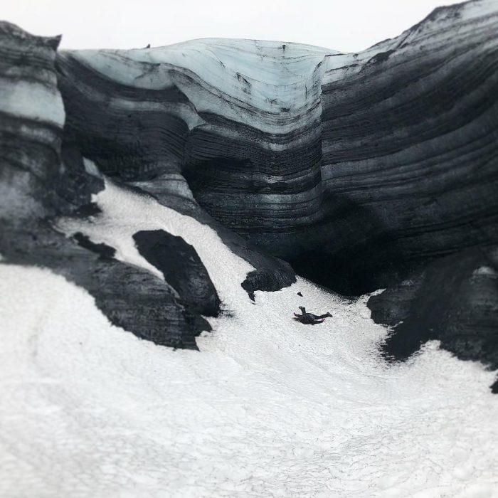 STEFDIES, la chica que se ha vuelto viral por sus antiselfies, mujer acostada en una montaña con hielo en Islandia
