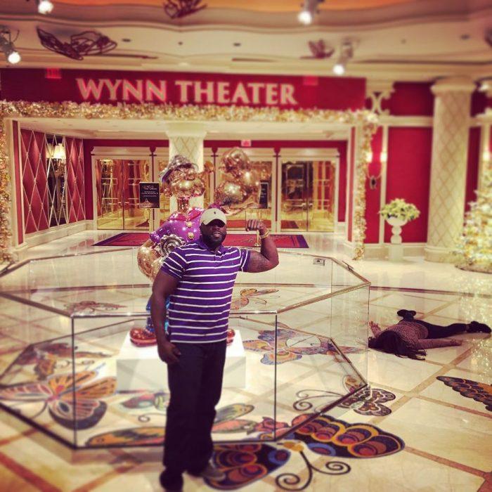 STEFDIES, la chica que se ha vuelto viral por sus antiselfies, selfie de chica en el suelo junto a una estatua de Popeye el marino en un teatro en Las Vegas
