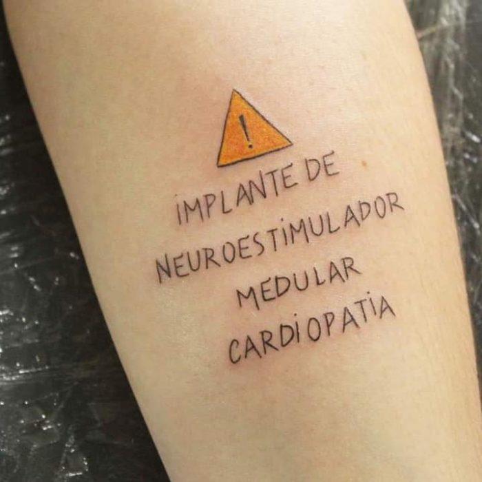 Tatuaje con información médica de un trasplante