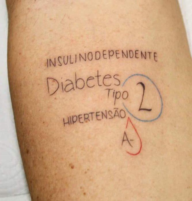 Tatuajes con información médica de una enfermedad crónica