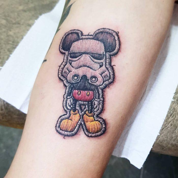 Tatuaje bordado de Mickey Mouse con casco de Strom Trooper, Star Wars Disney, de tatuador brasileño Eduardo