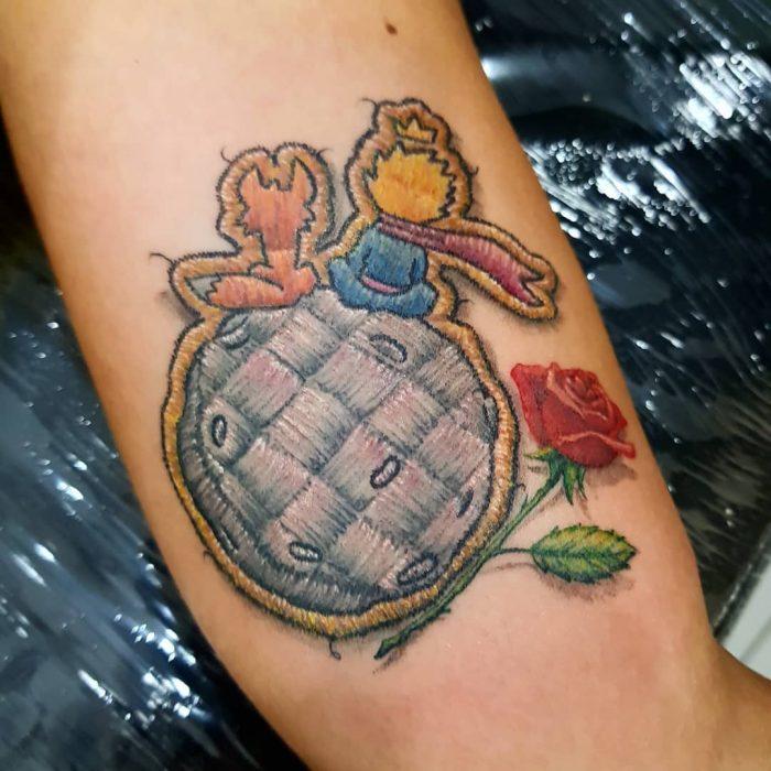 """Tatuaje bordado de El Principito en el brazo, de tatuador brasileño Eduardo """"Duda"""" Lozano"""