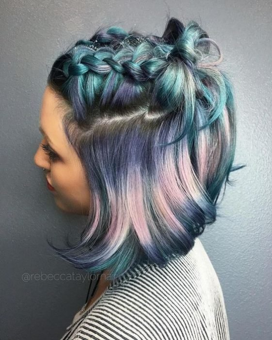 Cabello azul arcoíris con una trenza en la parte de arriba
