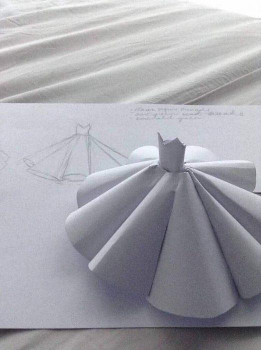 Estidiante filipina Ciara Gan confeccionó su propio vestido de graduación ampón largo, boceto y maqueta en miniatura hecha de papel del vestido