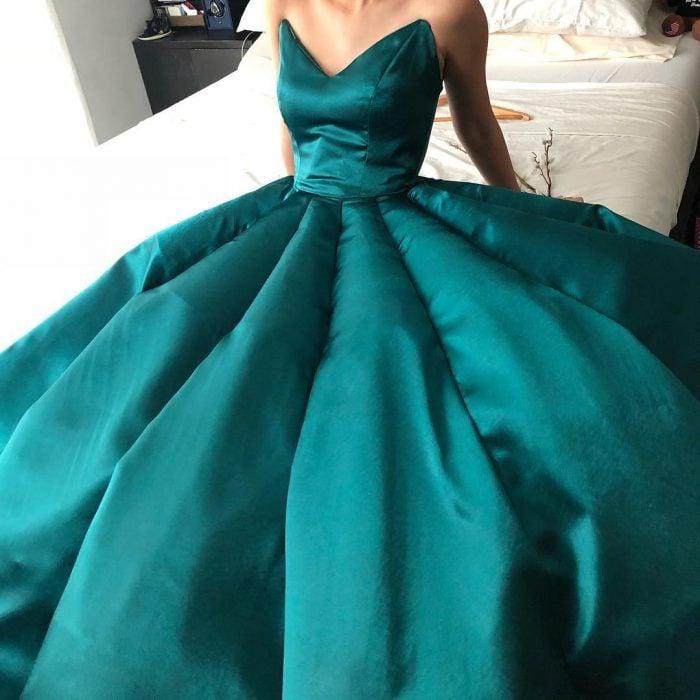 Estidiante filipina Ciara Gan confeccionó su propio vestido de graduación ampón largo, color verde esmeralda, con escote de corazón y sin mangas ni hombros