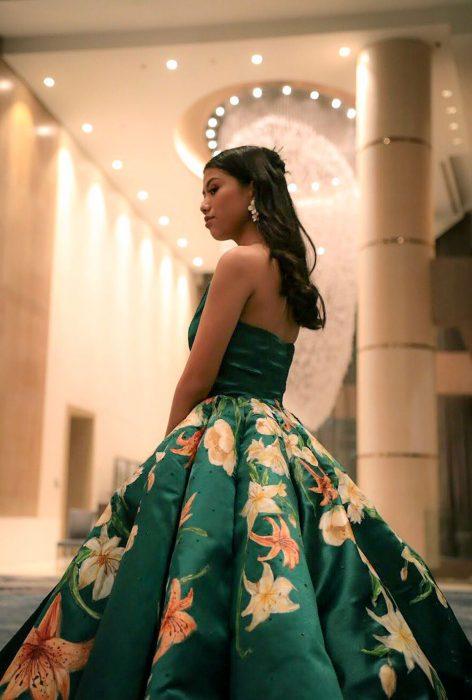 Estiduante filipina Ciara Gan confeccionó su propio vestido de graduación de ampón largo, verde brócoli, con flores de tigre anaranjadas