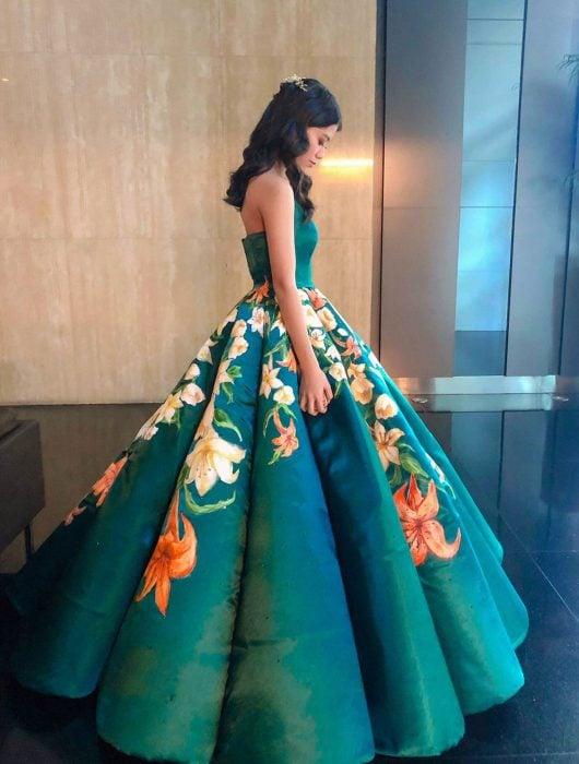 Estidiante filipina Ciara Gan confeccionó su propio vestido de graduación ampón largo, verde esmeralda, con flores de tigre anaranjadas