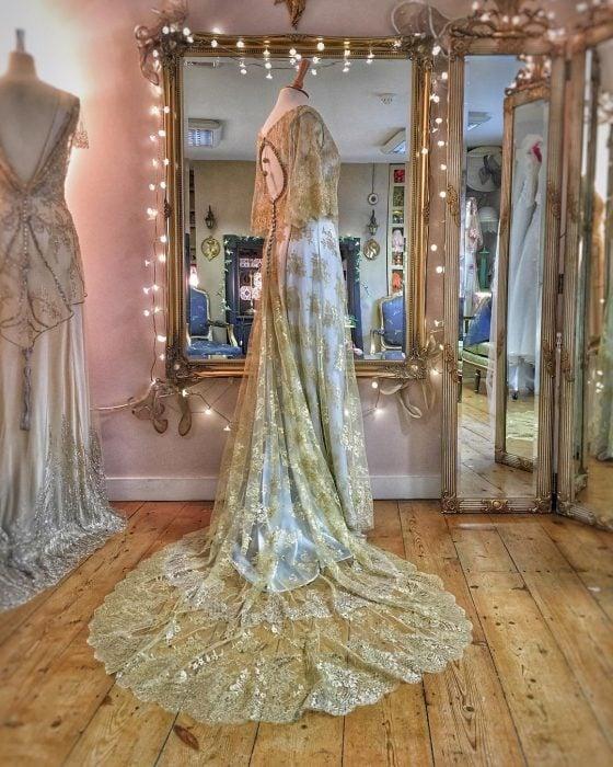 Vestidos de novia vintage confeccionados por la diseñadora Joanne Fleming, vestido de gala azul con encaje dorado con espalda abierta