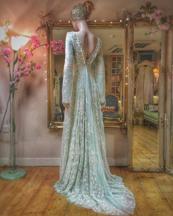 Vestidos de novia vintage confeccionados por la diseñadora Joanne Fleming, vestido de fiesta largo hasta el suelo, color menta con tela de tul encima con bordado de flores blancas, sin espalda y con mangas