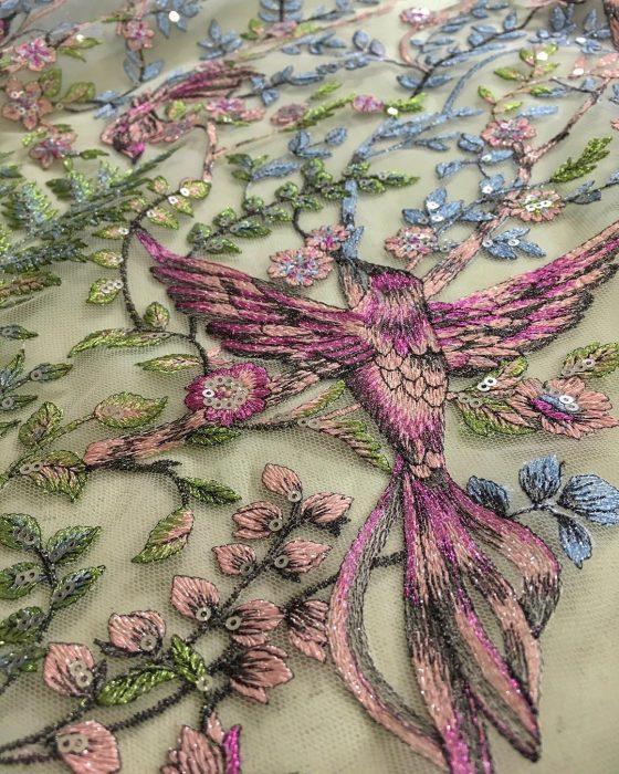 Vestidos de novia vintage confeccionados por la diseñadora Joanne Fleming, tela tul bordada con flores rosas y azules y un colibrí volando de color magenta y rosa pálido, con lentejuelas e hilo
