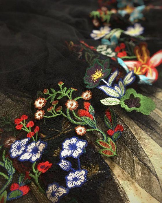 Vestidos de novia vintage confeccionados por la diseñadora Joanne Fleming, tela de malla negra bordada con flores de colores