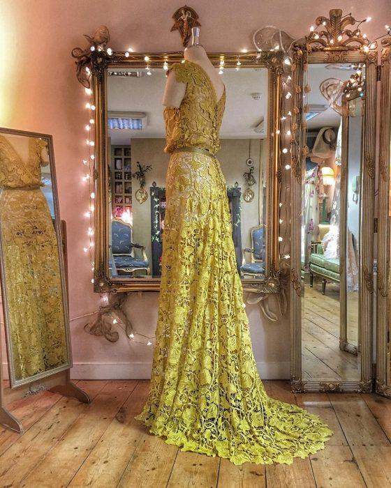 Vestidos de novia vintage confeccionados por la diseñadora Joanne Fleming, vestido elegante largo, son mangas, de encaje amarillo y forado