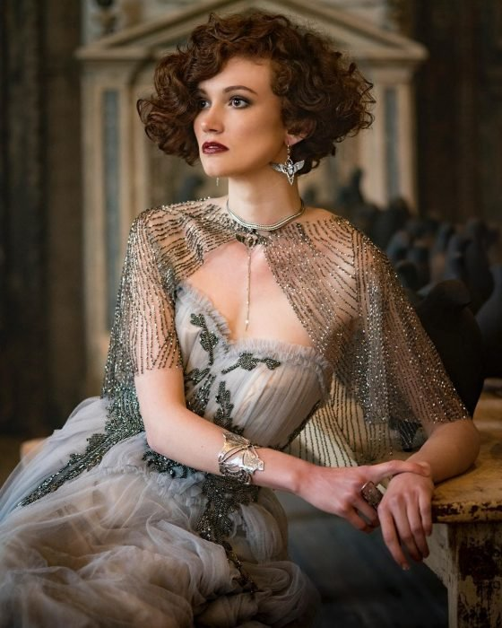 Vestidos de novia vintage confeccionados por la diseñadora Joanne Fleming, mujer de cabello corto y chino, con vestido antiguo de tela gasa con ornamentos plateados y chalina de encaje plateada