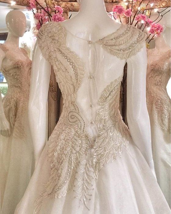 Vestidos de novia vintage confeccionados por la diseñadora Joanne Fleming, vestido blanco con encaje de alas de ave en la espalda