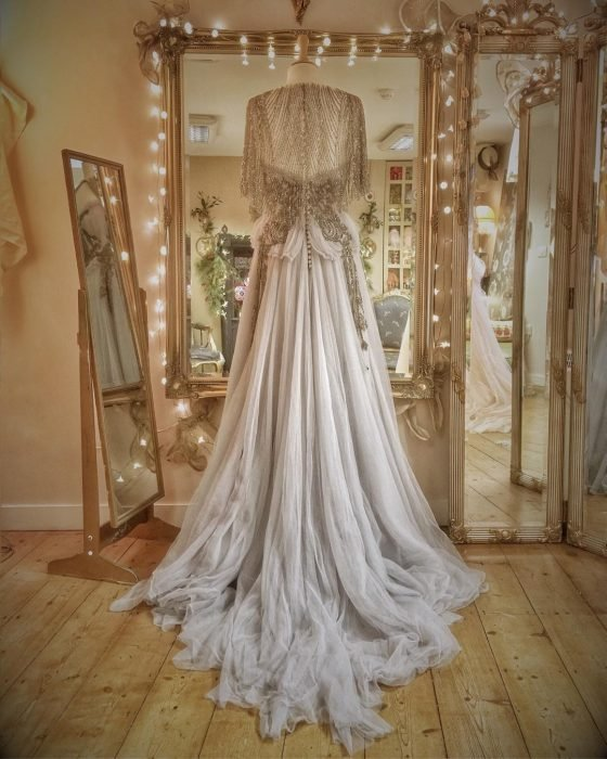 Vestidos de novia vintage confeccionados por la diseñadora Joanne Fleming, vestido vaporoso de tela gasa con chalina de encaje dorada