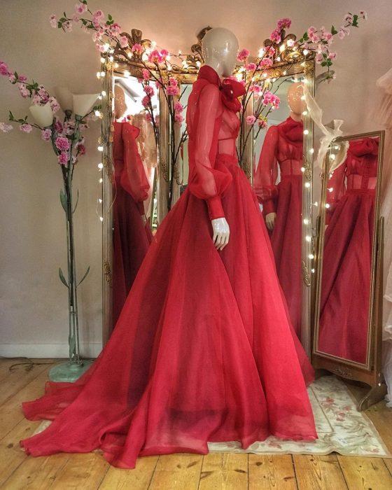 Vestidos de novia vintage confeccionados por la diseñadora Joanne Fleming, maniquí con vestido largo elegante, de tela tul, con mangas, color rojo