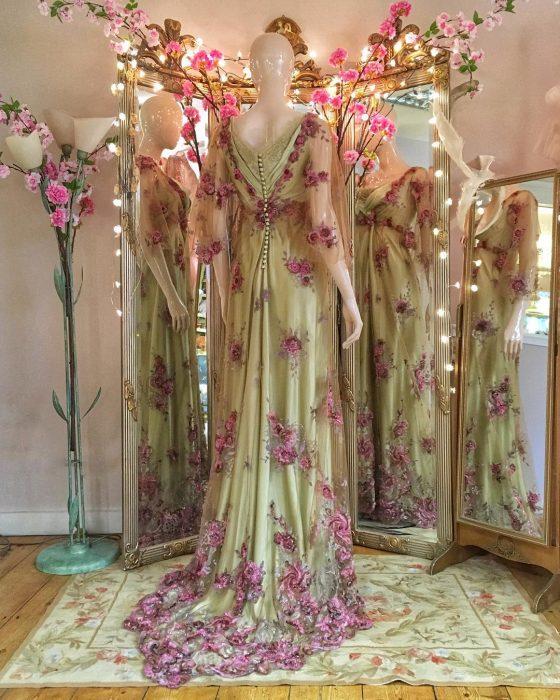 Vestidos de novia vintage confeccionados por la diseñadora Joanne Fleming, vestido largo, color verde con botones en la espalda y encaje con flores rosas encima