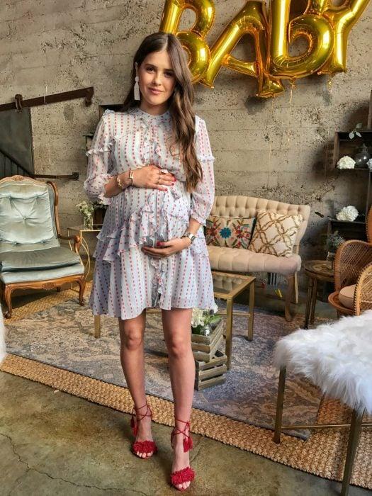 Vestidos para baby shower, mujer embarazada con vestido de maternidad corto, sosteniendo su panza