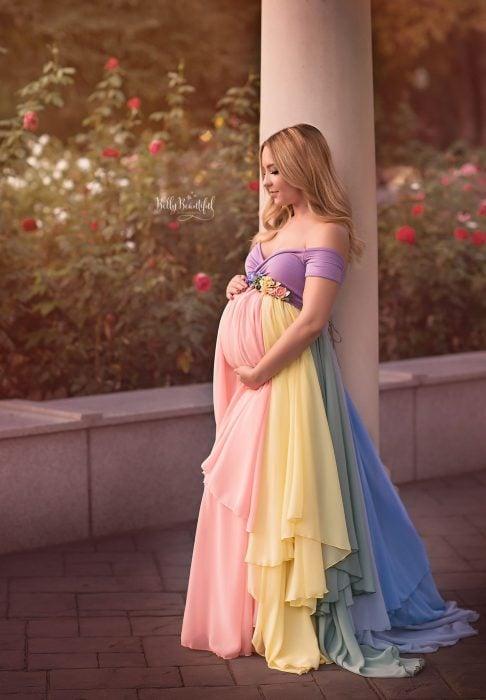 Vestidos para baby shower, sesión de fotos de mujer embarazada, chica rubia de cabello largo, vestido largo de colores del arcoíris, morado, azul, verde, amarillo y rosa, con cinturón de flores