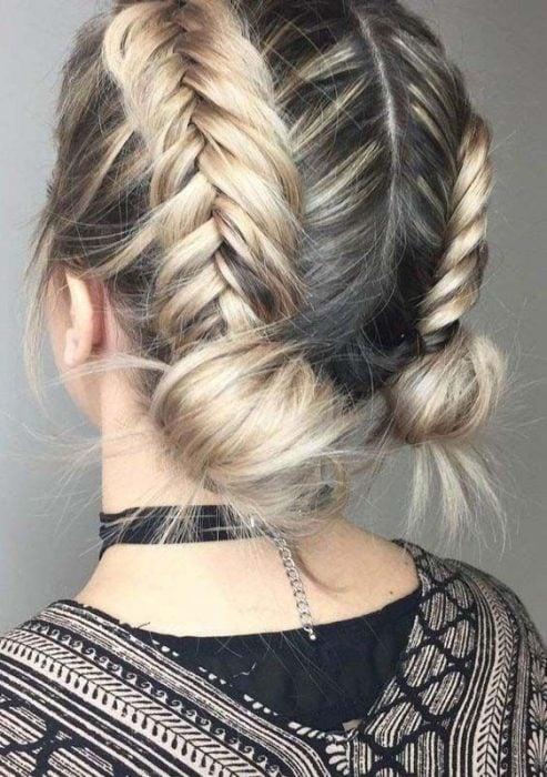 Peinado de dos trenzas con cabello rubio y corto