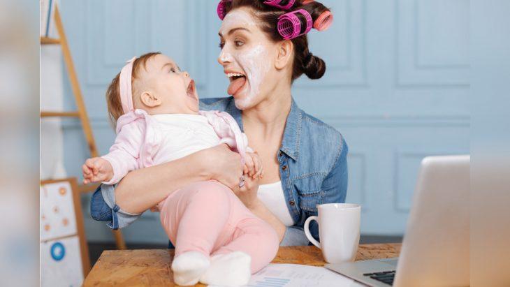 Mamá con su bebé haciendo caras graciosas