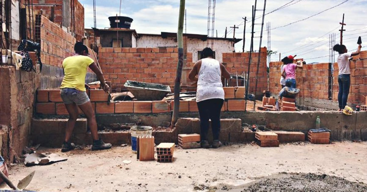 Mujeres pobres son capaces de construir su propia casa gracias a esta arquitecta brasileña
