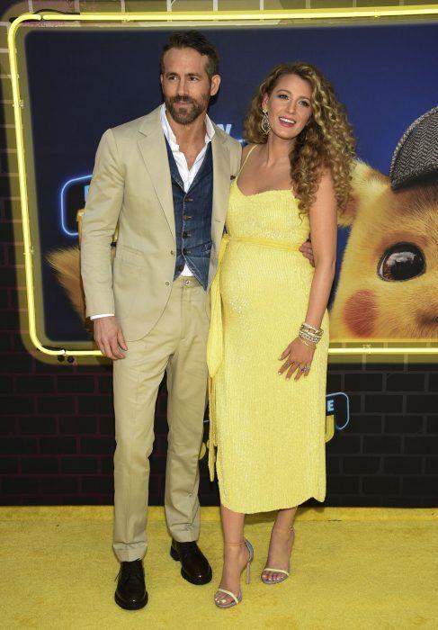 Ryan Reynolds y Blake Lively abrazados posando para una foto en la alfombra roja de la premiere de la película Detective Pikachu