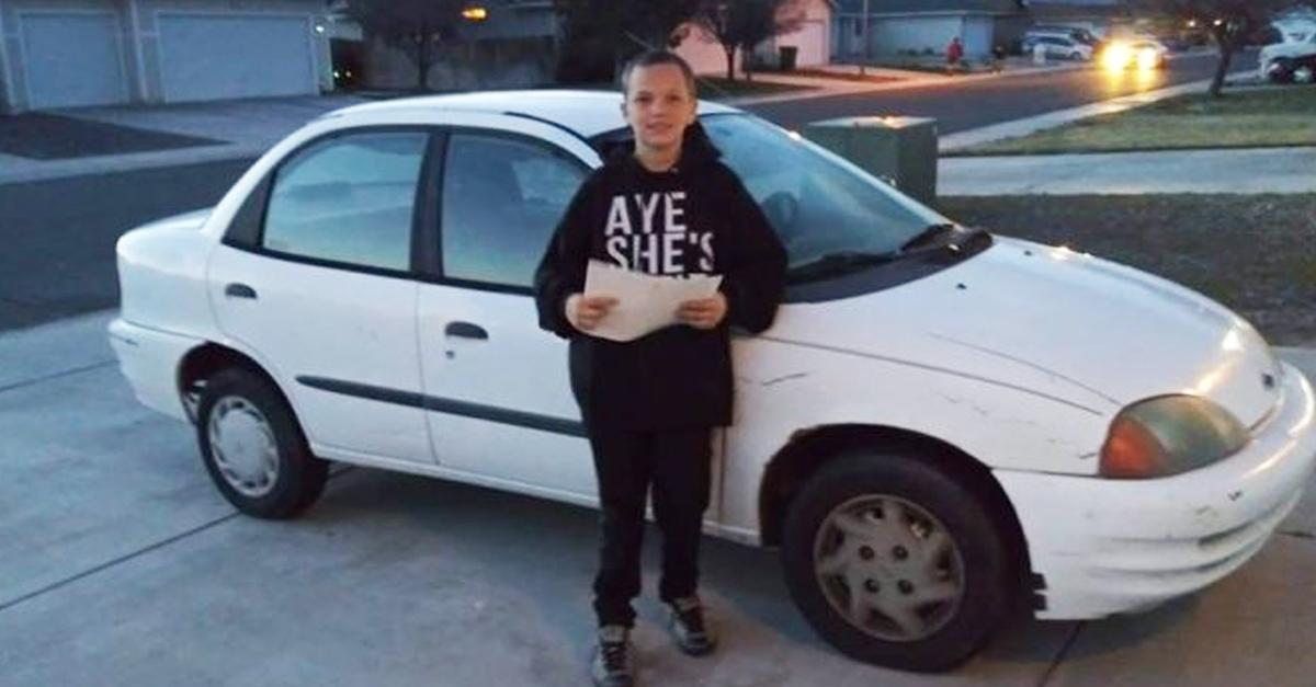 Niño vende su Xbox y trabaja para comprar auto a mamá