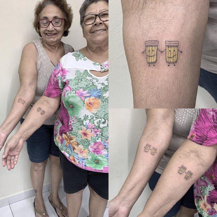 Abuelitas mostrando sus tatuajes de cerveza para celebrar su amistad