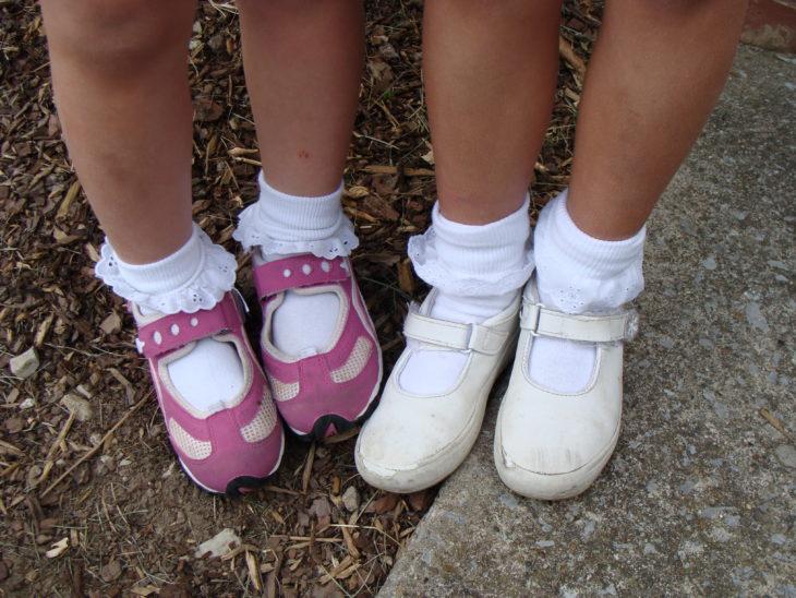 Niñas usando calcetines blancos y cortos con olanes