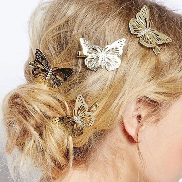 chica usando mariposas metalicas en el cabello