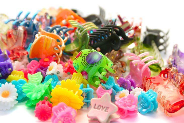 Pinzas con figuras de estrellas y flores de colores azul, rosa, amarillo, negro y verde