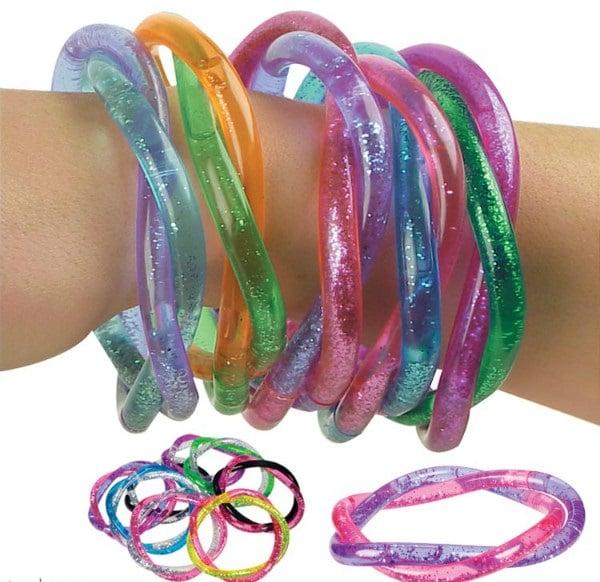 chica usando pulseras plásticas con glitters de colores