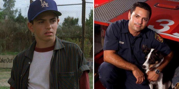 Mike Vitarantes cuando era niño durante la película de Nuestra pandilla y después trabajando como bombero