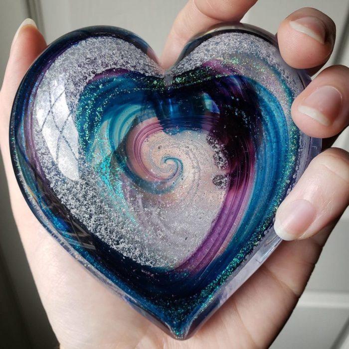 Artful ashes crea figuras de vidrio soplado con cenizas de seres queridos; adorno de cristal en forma de corazón azul con rosa