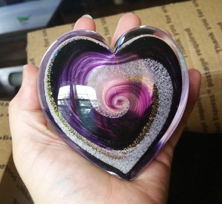 Artful ashes crea figuras de vidrio soplado con cenizas de seres queridos; adorno de cristal en forma de corazón de colores morado y negro