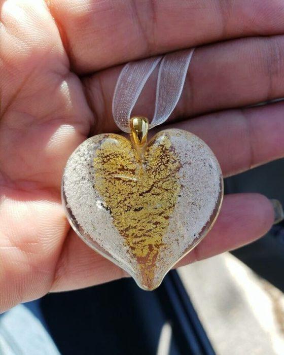 Artful ashes crea figuras de vidrio soplado con cenizas de seres queridos; collar de cristal en forma de corazón color blanco y dorado