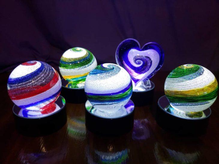 Artful ashes crea figuras de vidrio soplado con cenizas de seres queridos; adornos de cristal en forma de esfera y corazón con luz