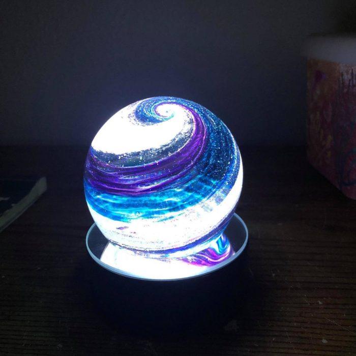 Artful ashes crea figuras de vidrio soplado con cenizas de seres queridos; adorno de cristal en forma de esfera con luz