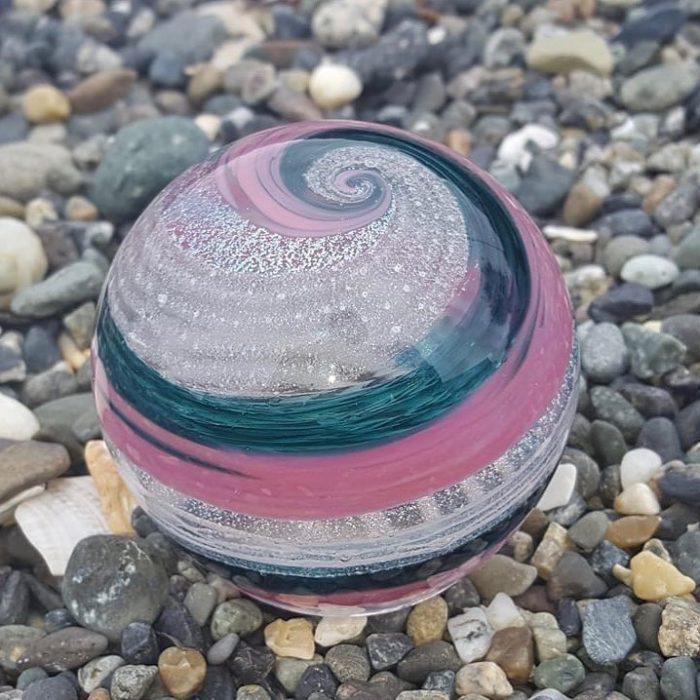 Artful ashes crea figuras de vidrio soplado con cenizas de seres queridos; adorno de cristal en forma de esfera color rosa y azul