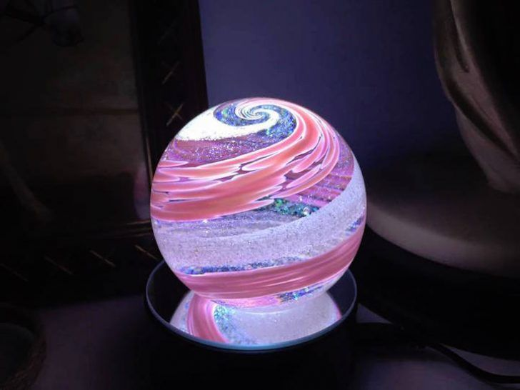 Artful ashes crea figuras de vidrio soplado con cenizas de seres queridos; adorno de cristal en forma de esfera color rosa pastel