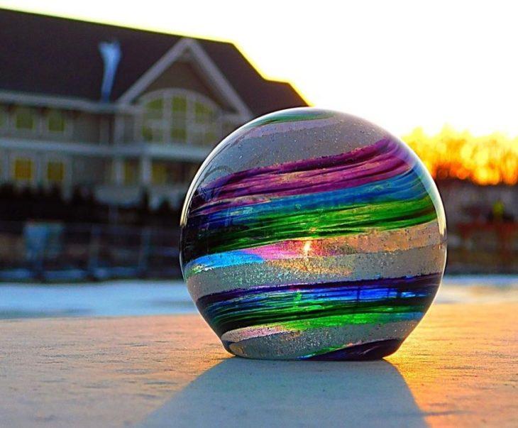 Artful ashes crea figuras de vidrio soplado con cenizas de seres queridos; adorno de cristal en forma de esfera de colores morado, azul, verde y rosa